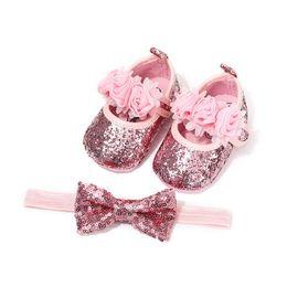 Ganci di legame di arco online-2019 Infant Newborn Baby Girl Culla Scarpe Paillettes Bling Fascia Lace Bow Tie Pantofole Floreale Gancio piatto Principessa Carino Estate 0-18 M