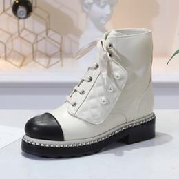 Cadena de perlas negras online-Botines de charol de cadena de diseñador de alta calidad para mujer Botas de cuero con punta redonda Blanco negro Botas de motocicleta Botas de perlas de lujo para mujer