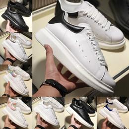 zapatos de cuero real para mujer Rebajas 2019 Alexander Mcqueens Sneakers New alexander Mcqueens White shoes Altura creciente comodidad Pretty Girl Women Shoe Sales Black White Pink Leather Shoe Men Womens Sneakers