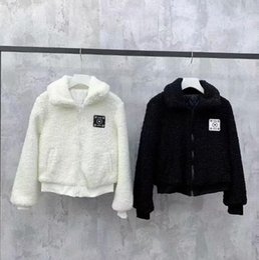 2019 modelos femeninos delgados negros pequeña capa de cordero viento integración de piel de invierno femenina otoño en blanco y negro de dos colores caliente caliente versión libre