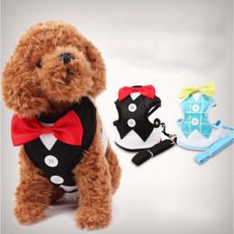 Perro mascota de esmoquin online-Moda perro arnés correa para mascotas lleva para perros pequeños cachorro arnés del perro chaleco con pajarita fiesta boda formal traje de smoking