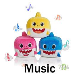 giocattoli a maglia all'ingrosso Sconti 7CM BABY SHARK Peluche 3inch Musica Songs inglese Canto 3 '' StuffedPlush Dolls Sing Music Shark 3 Colori Rosso Blu Giallo Nonna Papà