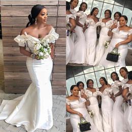 vestidos de damas de honor de manga tres cuartos Rebajas Sirena blanca africana vestidos de dama de honor para la boda más el tamaño de volantes en el hombro Vestidos de dama de honor Tren de barrido de satén Vestido de dama de honor