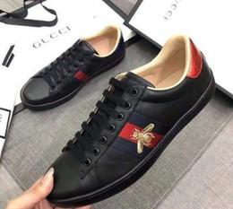 Uomini nuovi scarpe in pelle di alta qualità scarpe piccole api bassi per aiutare le piccole scarpe bianche lo sport e il tempo libero CUCCI ricamo da scarpe da lavoro casual uomini fornitori