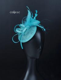 Vestito dalla sposa della madre blu turchese online-2019 Piccola turchese blu sinamay fascinator cappello cappello chiesa per la sposa da sposa doccia madre della sposa w / fiore di piuma