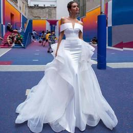 Vestido de casamento de cetim removível on-line-2019 Design Moderno Destacável Sobre Saia Vestido de Noiva de Cetim Branco com Trem Removível Ruffled Net Pontilhada