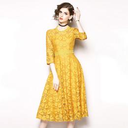 Robe jaune en dentelle midi en Ligne-Élégant Dentelle Floral Tunique Drapé Midi Robe Femmes Vintage Doux Sexy Bureau Party Fashion Dress 2019 Printemps Vêtements Jaune