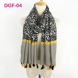 Атласная печатная шаль оптом онлайн-Очень красивые дамы хлопок атлас хиджаб мягкие тканевые обертывания длинные простые с цветочным принтом кисточкой мусульманский шарф платок оптом