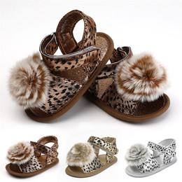 Pattini del leopardo della neonata online-Newborn Baby Girls Leopard Sandals con palla di pelo neonati Summer Crib Shoes First Walkers Prewalker 3 colori