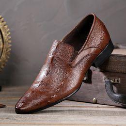 sapatos casuais crocodilo para homens Desconto Homens Apontou Toe Mocassin Homme Padrão De Couro De Crocodilo Deslizamento Em Homens Sapatos Casuais One-legged Sapatos De Casamento Dos Homens