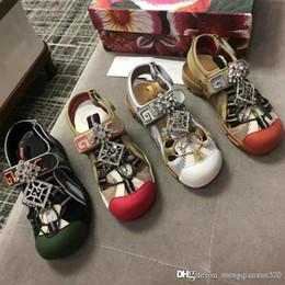 2019 Yeni Erkek Sandalet deri Alfabetik Elmas Kadın Sandalet moda lüks tasarımcı Düz Rahat sandalet Sihirli Etiket ayakkabı Boyutu 35-45 nereden boyut etiketleri tedarikçiler