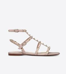 Diseñador del dedo del pie puntiagudo Studs tacones altos de charol Remaches Sandalias de las mujeres con tachas de tiras zapatos de vestir de san valentín talón plano zapatos desde fabricantes