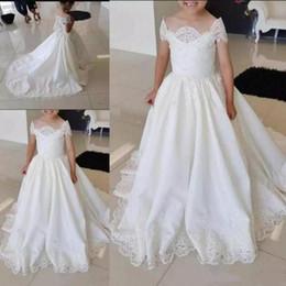 Weiße Spitze-Mädchen-Festzug kleidet weg vom Schulter-Blumenmädchen-Kleid für die Hochzeit kleine Braut-Prinzessin Kleider mit Zug von Fabrikanten