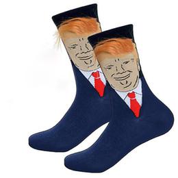 Mais engraçados presentes para homens on-line-Bonito Trump Impressão Meias Engraçadas com Cabelo Falso Donald Trump 3D Criativo Tripulação Meias Para Mulheres Dos Homens Meio Longo Meias Presentes A6407