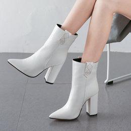Botas de inverno brancas de pelúcia on-line-Couro de alta qualidade PU Mulheres botas de salto alto Ankle Boots Fashed Sapato de bico fino Outono Inverno Plush Feminino Preto Branco Amarelo