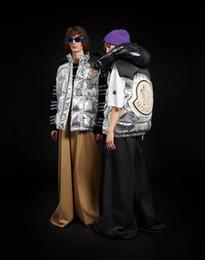 Nuevo estilo de los hombres chaleco online-nuevo chaleco abajo chaqueta, los hombres del desfile de moda francés y el mismo estilo de las mujeres, cara de plata, logotipo de gran tamaño, el público