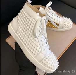 2020 sapatos grossistas de ouro Big Quality Red Bottom Shoes Wholesale White Spiked Inside Gold Men's Spikes Flat Boy Skate Flat Sneaker Casual Wedding Dress Party Gift sapatos grossistas de ouro barato