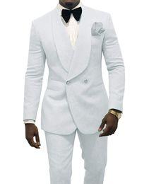 2019 abiti d'argento per prom Smoking dello sposo di goffratura degli uomini bianchi Smoking da smoking scialle Giacca da uomo bavero degli uomini di moda Prom / cena Vestito da 2 pezzi (giacca + pantaloni + cravatta) 112 abiti d'argento per prom economici