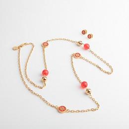 Rote perle choker halskette online-Hochwertiger Markenname-Anhänger mit Perlen in 92cm Länge für Frauen, die Halskettenschmuck mit schwarzem / weißem / blauem / rotem Schmuckgeschenk schmücken