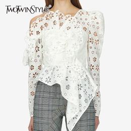 db3807b2323 Twotwinstyle Sexy Off плеча Асимметричная женская рубашка Блузка с длинным  рукавом выдолбленные белые кружевные топы Женский Элегантный Лето C19041201
