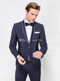 2019 smokings bleu marine brillants Tuxedos de marié à la mode brillant marine garçons d'honneur châle revers costume meilleur homme / costumes pour hommes époux (veste + pantalon + cravate) A934 promotion smokings bleu marine brillants