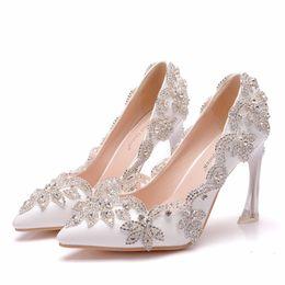 2019 boda nupcial blanco zapatos de tacón alto bomba tacones altos y delgados puntiagudo abalorios de cristal novia de baile zapatos de dama de honor para la fiesta de boda desde fabricantes