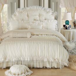 2020 набор оборванных кроватей Бежевое кружево принцессы Одеяло / пододеяльник король королев 4 / 6шт 100% хлопок Ruffles покрывало кровати юбки постельного белья постельного белье свадьбы дешево набор оборванных кроватей
