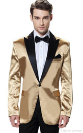 Smoking dello sposo oro picco bavero online-Brand New Shiny Gold 2 pezzi vestito degli uomini Wedding Tuxdos alta qualità smoking dello sposo Con Black Peak risvolto Best Men Blazer (Jacket + Pants + tie) 610