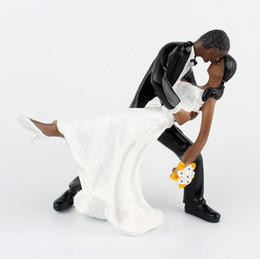 bolo de casamento preto topper Desconto Adorável Bolo De Casamento Decoração Branco E Preto Noiva E Noivo Casal Figuras De Coco Clássico Beijando Abraço Barato Frete Grátis