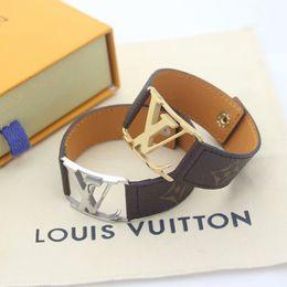 Porzellan markenarmbänder online-Hot Sale Marke Benannt Armbänder Lady Druck-Blumen-aushöhlen V Brief Entwurfs-18K Gold breite Lederarmband Armband-2 Farbe