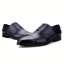 Vestidos azul bronceado online-Moda Negro / Marrón / Azul / Tan Oxfords Zapatos de vestir de boda para hombre Zapatos de negocios de cuero genuino Zapatos sociales masculinos