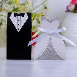 Scatole di spedizione del vestito da cerimonia nuziale online-Nuovi regali di regalo nuziali di trasporto libero Groom Tuxedo Dress Gown Ribbon Wedding Favour Candy Box 100pcs