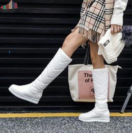 Белые коленные сапоги онлайн-Зимние Теплый Плюшевые колено высокие сапоги женские удобные Плоский каблук ботинки снега скольжения на платформе Женщина обувь Розовый Черный Белый 2019