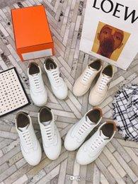 gemalte schuhe entwürfe Rabatt 2019 Mandarin Entenschwanz kleine weiße Schuhe im Frühjahr und Sommer lackiert Design Rindsleder Damen weiße Gummiturnschuhe mit Box