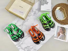 2019 сандалии зашнурованы Лето Натуральная кожа на шнуровке Женщины Falt каблуки тапочки письмо случайные сандалии сексуальные вечеринки сандалии Falt каблуки скидка сандалии зашнурованы