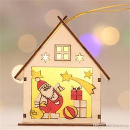 Luces de navidad de coral online-2018 ventas al por mayor envío gratis luminoso navidad muñeco de nieve luces LED casa de madera adornos colgantes decoración navideña lámpara de navidad regalos