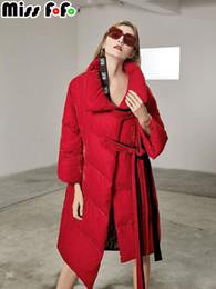 2019 chaquetas muy calientes MissFoFo 2018 Nueva moda mujer pato abajo chaqueta terciopelo suelta cinturón sólido muy caliente de alta calidad rojo negro tamaño S-XXL chaquetas muy calientes baratos