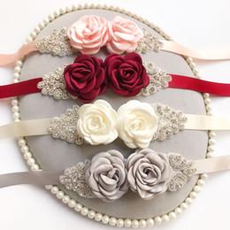 Zarif Bordo Krem Şerit Beyaz Gül Çiçekler 2019 Kristal Düğün Sashes Kemer Gelin Balo Abiye Kemerler Kanat Saten Için 270 * 2 nereden