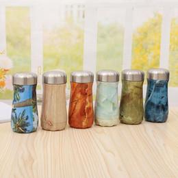 types de bouteilles d'eau Promotion Bouteille d'eau de grain de bois en acier inoxydable sports de plein air à double couche tasse à vide types colorés grande capacité tasses à café