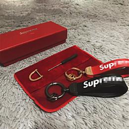 Llavero de lujo con caja de cuero SUP llavero del coche Marca de moda llavero con logotipo 2 colores desde fabricantes
