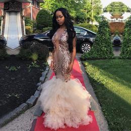 2019 alfombra roja turquesa Vestidos de fiesta largos dorados 2019 Precioso cuello escarpado con volantes de encaje Estilo de tul africano Vestido de noche de sirena