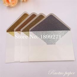 Sıcak Ücretsiz Kargo 25 Beyaz / Fildişi pırıltılı İnci Kağıt Düğün Davetiyesi Kartı Zarf Sedefli Glitter Zarf 4 Kutlama nereden