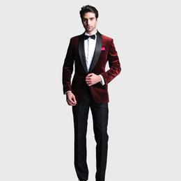 trajes de terciopelo para hombre imagen. Rebajas Burgundy Velvet Slim Fit Trajes de hombre Trajes de boda de solapa de mantón para hombres con pantalones de chaqueta Dos piezas Prom Esmoquin de baile de un botón