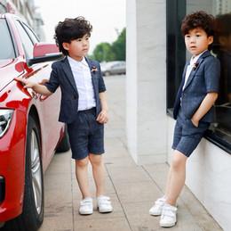 2019 día de ropa casual Chaquetas de solapa de media manga para niños outwear + camisa de un solo pecho + doble bolsillo pantalones casuales 3pcs establece ropa de rendimiento del día del niño F6652 día de ropa casual baratos