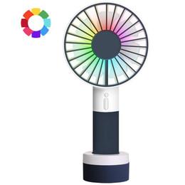 Освещение онлайн-Мини Портативный вентилятор с цветной подсветкой Портативный персональный аккумуляторный USB-вентилятор Настольный вентилятор с подставкой для ног Идеально подходит для походов на природе