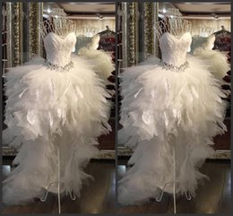 strapless feathers wedding gowns Promo Codes - 2020 Hi Lo White Tulle A Line Strapless Wedding Dresses Sweety Luxury Beach Modern Gown Bridal Dress with Feather