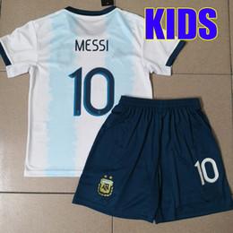 Jerseys uniformes argentina on-line-Argentina KIDS SETS Jersey de futebol 2019 2020 Argentina meninos kits de juventude DYBALA Messi 19 20 kun Aguero Criança futebol camisa de futebol uniforme