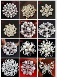spilla di perle di cristallo del rhinestone Sconti 2019 nuove spille da sposa di moda mix 24 stile argento perla di cristallo strass bouquet di fiori farfalla spilla d'epoca pins migliore regalo