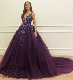 Bola púrpura vestidos de fiesta online-Princesa Púrpura, vestido de fiesta Vestidos de quinceañera 2019 Sexy con cuello en V de lujo, cristales de lujo, encaje de tul, dulce 16 vestido, árabe, más tamaño vestidos de baile