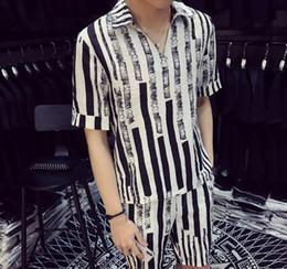 Listras brancas do preto dos homens camisas ocasionais on-line-Mens Summer Fashion Shirt conjunto único Design Duas parte pattern Stripe Masculino Set Branco Preto Stripe capuz shirt Shorts